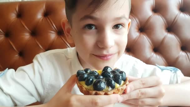 junge Frau isst den Brombeerkuchen