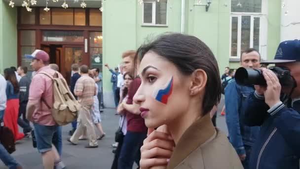 Dívky nakreslit vlajky na fotbalové fanoušky tváře