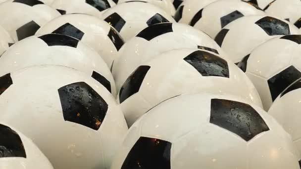 Sok a futball-labdák úszó a szökőkút