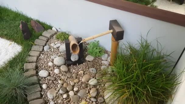Voda kape v japonské zahradě