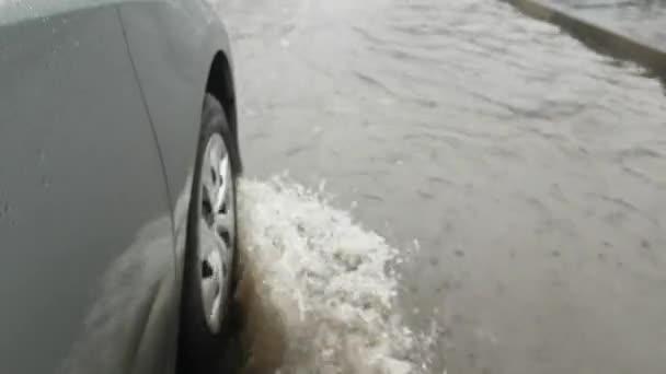 Autoräder im Wasser, Wasserspritzer