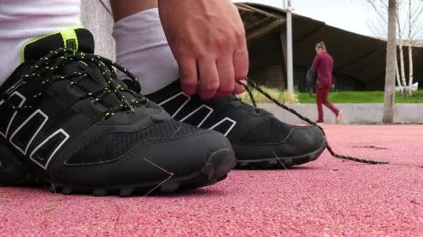 Athlet bindet Sneaker-Spitze