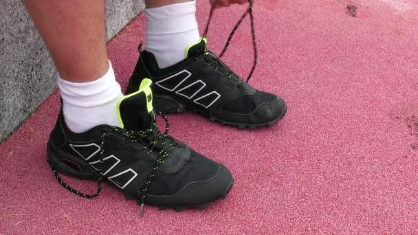 Athlet bindet Sneaker-Spitze aus nächster Nähe
