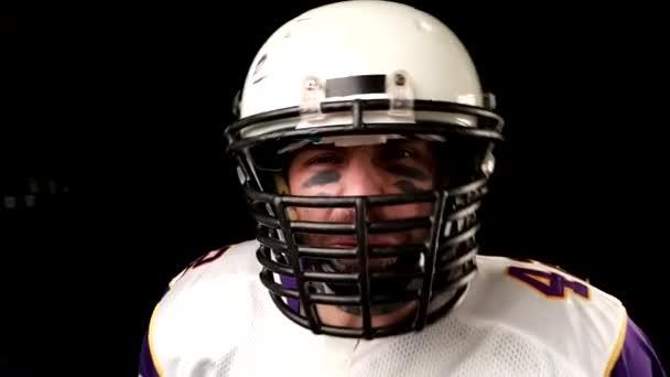 Fekete háttér amerikaifutball-játékos