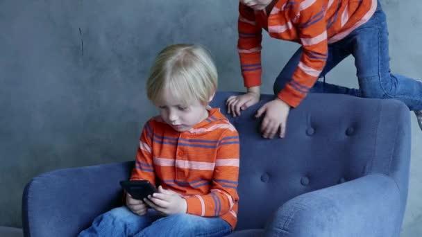Rozkošné děti hraní her na telefonu.