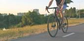 Ten mladík jede na kole městem