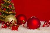 Červená vánoční kartu pozadí s krásné kuličky a prostor pro text