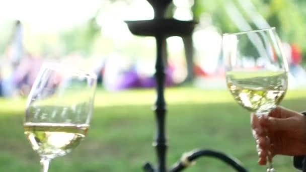Zblízka střílel dvě sklenice, Romantický piknik pro dva