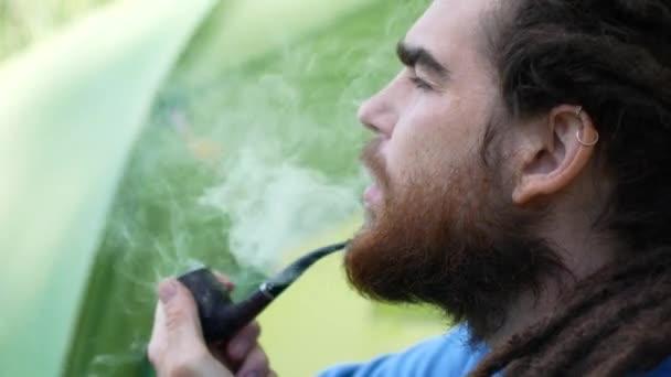 Csípő ember, a dohányzás cigaretta raszta portréja. Oldalnézet