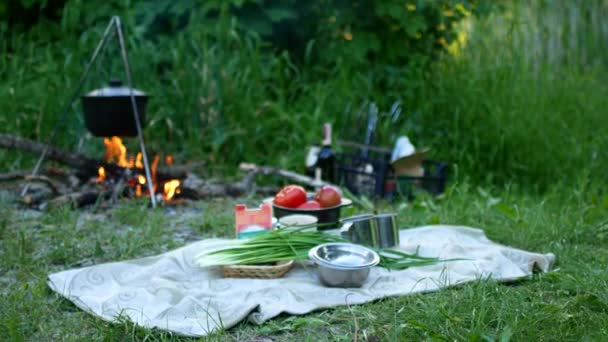 Főzés szabadtéri ételek turista pot tábortűznél. Táblázat készítés étel égő tűz, míg túrázás a vad természet.