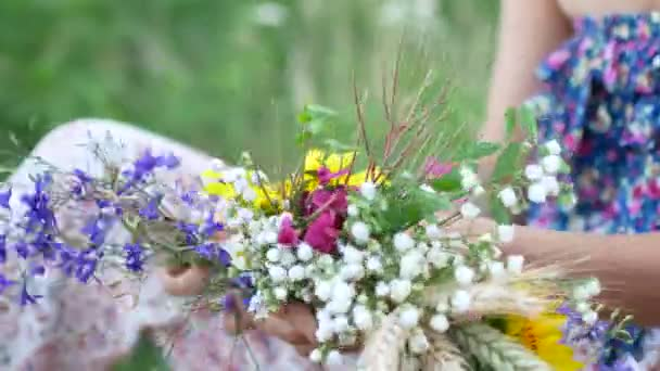 Ženské ruce vyrobit věnec Letní kvítí