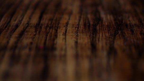 Carpenter pokrývá leptacím plaku na suché dřevo, zrychlené snímání.