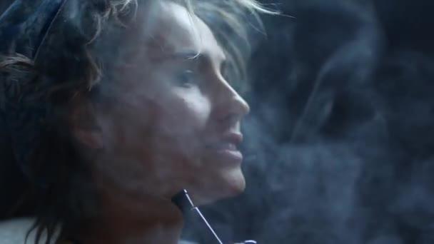 hübsche junge Frau beim Rauchen einer Wasserpfeife. Nahaufnahme.