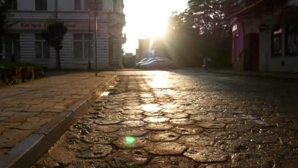 zu Fuß auf einer nassen Steinstraße