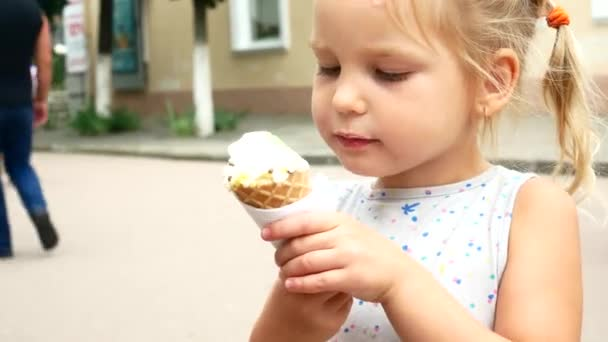 Malá blondýnka je jíst zmrzlinu
