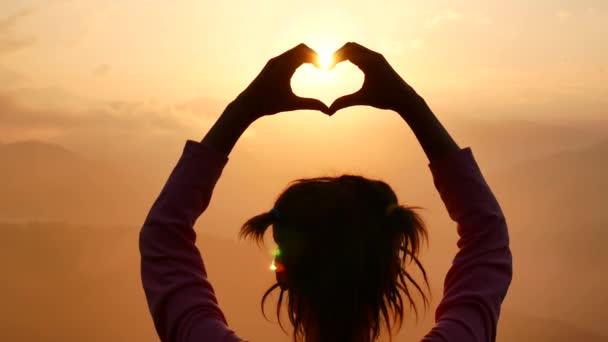 Šťastné vítězství úspěch žena při západu slunce nebo Sunrise stojící v povznesené náladě s paže vztyčeny nad její hlavu