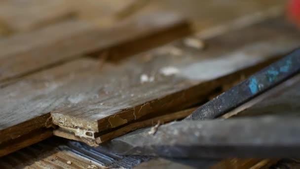 Pracovník demontuje parketové podlahy