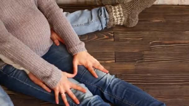Máma a táta ruce na těhotné bříško srdce známek. Těhotná pár hladil těhotné bříško. Péče o nastávající matka. Mateřská koncept. Těhotenství. Šťastná rodina