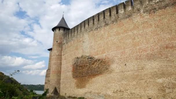 Panorama starého hradu. Kamenný hrad se silnou zdí