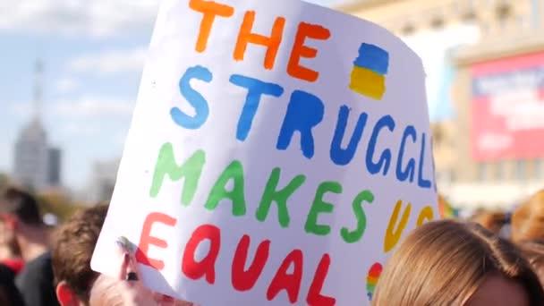 Titulní plakáty v březnu. Nápisy na podporu rovnosti a solidarity