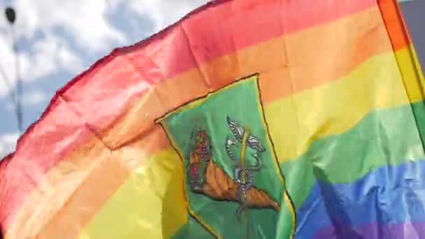 lgbt-Fahne weht gegen den Himmel