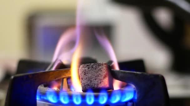 Uhlí se ohřívá na plynovém sporáku