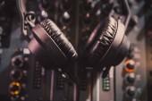 Pro přehrávání hudby hlasité stereo hlavy. Profesionální hokejový klub dj sluchátka  zvukař na koncertních pódiích. Diskžokej technologie na míchání hudebních skladeb na párty v nočním klubu