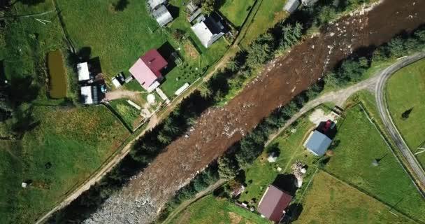 Drone légi felvételek erdő város a Kárpát-hegység. Gyönyörű tájkép shot repülő felülről videokamera. Úti cél az aktív turizmus.
