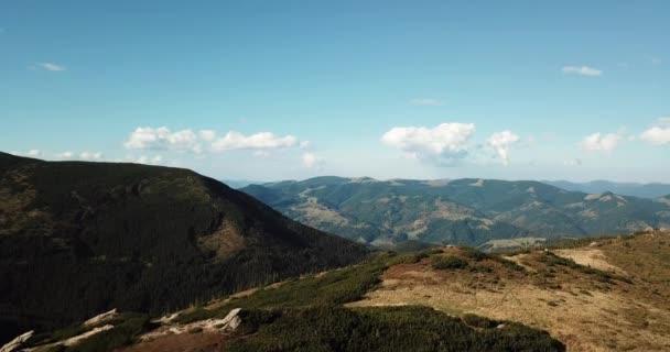 Letecká dron záběry krásných skalnatých karpatských hor v jižní Evropě. Populární destinace pro aktivní turistiku a výlet výlety. Carpthians pokryté zeleným dřevo pod modrou oblohou