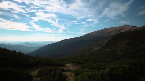 Západ slunce v horách. Video z soumraku v Karpatské přírodní park na Ukrajině. Cestovní cíl pro aktivní turistiku v Evropě. Krásný výhled na velkou výškou v Karpatech.