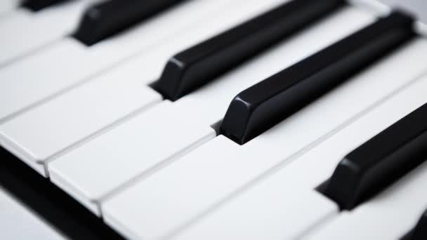 Midi-Tastaturen im Fokus. digitales Klavierdeck für Musiker. Play  Remix Musik live mit professionellem Audio-Equipment. Einrichtung des Tonstudios in Nahaufnahme
