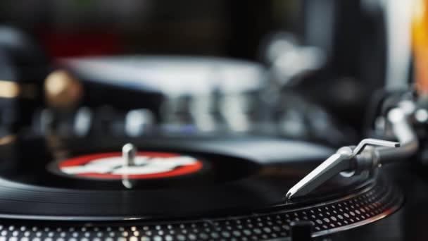 Szakmai lemezjátszó játszik Vinyl feljegyzés korong-val zene. DJ lemezjátszók rekordjátékos closeup. Lemezlovas audio berendezések.