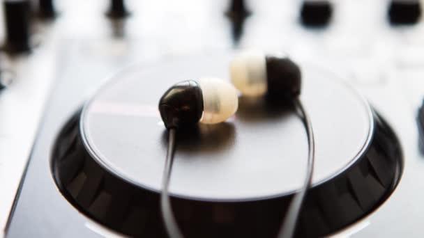 Felvételeit professzionális hang keverő és rögzítő stúdió berendezések. DJ MIDI kontroller és a fül fejhallgató monitorok.