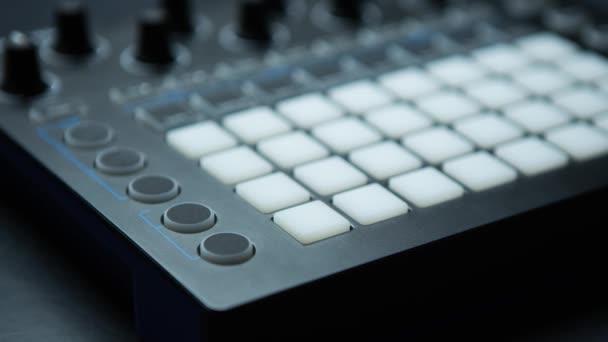 Záběry řadiče MIDI-bubnu pro diskžokej, zvukový producent  hudební skladatel. Vytvářet hudební skladby s moderním bičem. Digitální středisko pro nahrávání zvuku.