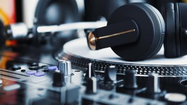 DJ fejhallgató erős hangminőséggel. Profi csapat DJ headset keverő zenei számok