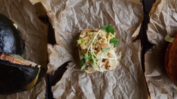 leckere exotische Antipasti Vorspeise Snack im italienischen Restaurant. mediterrane Küche im Café. kleine Bruschetta Sadnwich mit Käse, Tomaten und Gewürzen auf Pappteller serviert