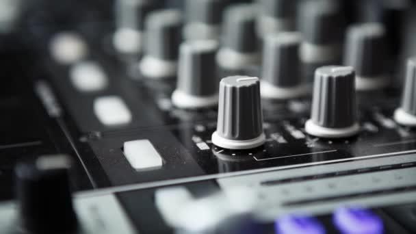 Aufnahmen von professionellen Party-DJ-Soundmixer-Controllern. Fokus auf Fader  Lautstärkeregler. Abspielen  Remixen von Musikstücken auf Partys oder Konzerten mit modernem Audio-Equipment. Soundeffektor in Nahaufnahme.