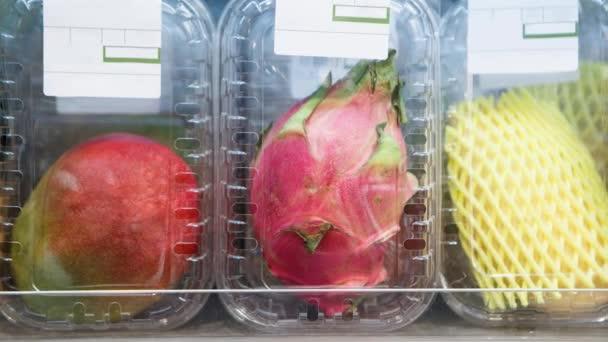 Felvételeit egzotikus gyümölcsök mangó, pitaya, pomelo csomagolt műanyag tartályok élelmiszer tárolására. Élelmiszerbolt osztály érett természetes gyümölcs összetevőket. Jó és vitaminok ízzel gazdag, egészséges táplálkozás.