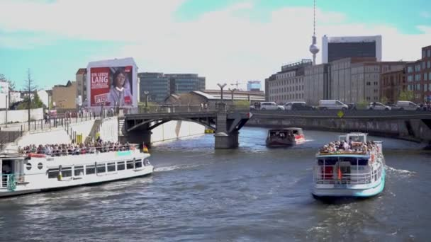 Berlín, Německo-25. duben, 2019: turistické čluny křižování na řece Spree nedaleko Reichstagu v Berlíně. slavná věž Vernsehturm na pozadí. Populární turistická atrakce v Německu. Užijte si vyhlídkové plavby na lodi