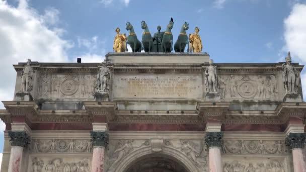 Paříž, Francie-30. dubna, 2019: triumf v centru Paříže. jeden z nejslavnějších francouzských orientačních bodů. Populární turistické prohlídky ve francouzském Republic.Travel destinací pro kulturní turistiku v Evropě