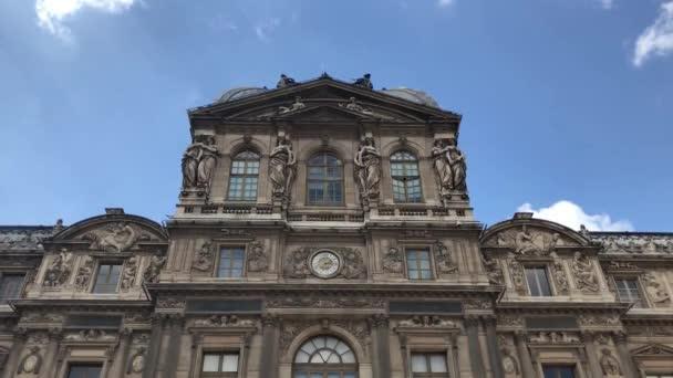 Paříž, Francie-30. dubna, 2019: světoznámé muzeum Louvre ve středu pařížského města. Nejpopulárnější turistická památka v France.Travel destinaci pro kulturní turistiku v Evropě. starověká Francouzská umělecká galerie