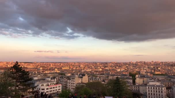 paris, france-30 april 2019: vibrierender sonnenuntergangshimmel über paris.view vom monmartre tempel-hügel am abend .beautiful cityscape footage.popular reiseziel für kulturtourismus in europa