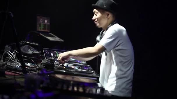 Moszkva-21 May, 2016: DJ Kentaro karcolás Vinyl rekordot lemezjátszó keverék zene koncert