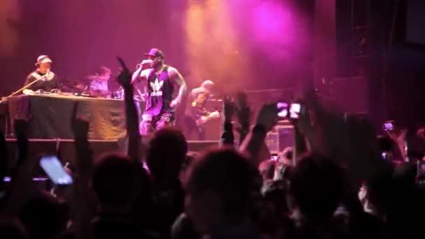 Moskva-21. listopad, 2015: hardcore kapela bláznivý město na scéně v nočním klubu