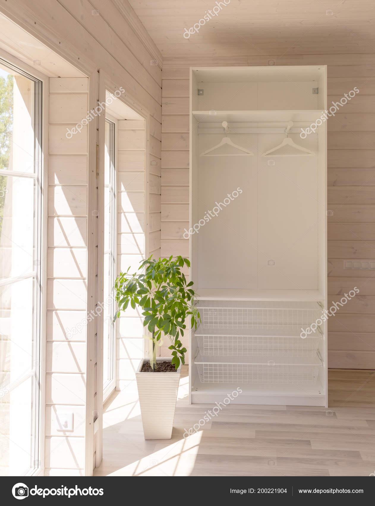 scandinavische stijl appartementen lichte slaapkamer interieur in een organische houten huis van witte kleur