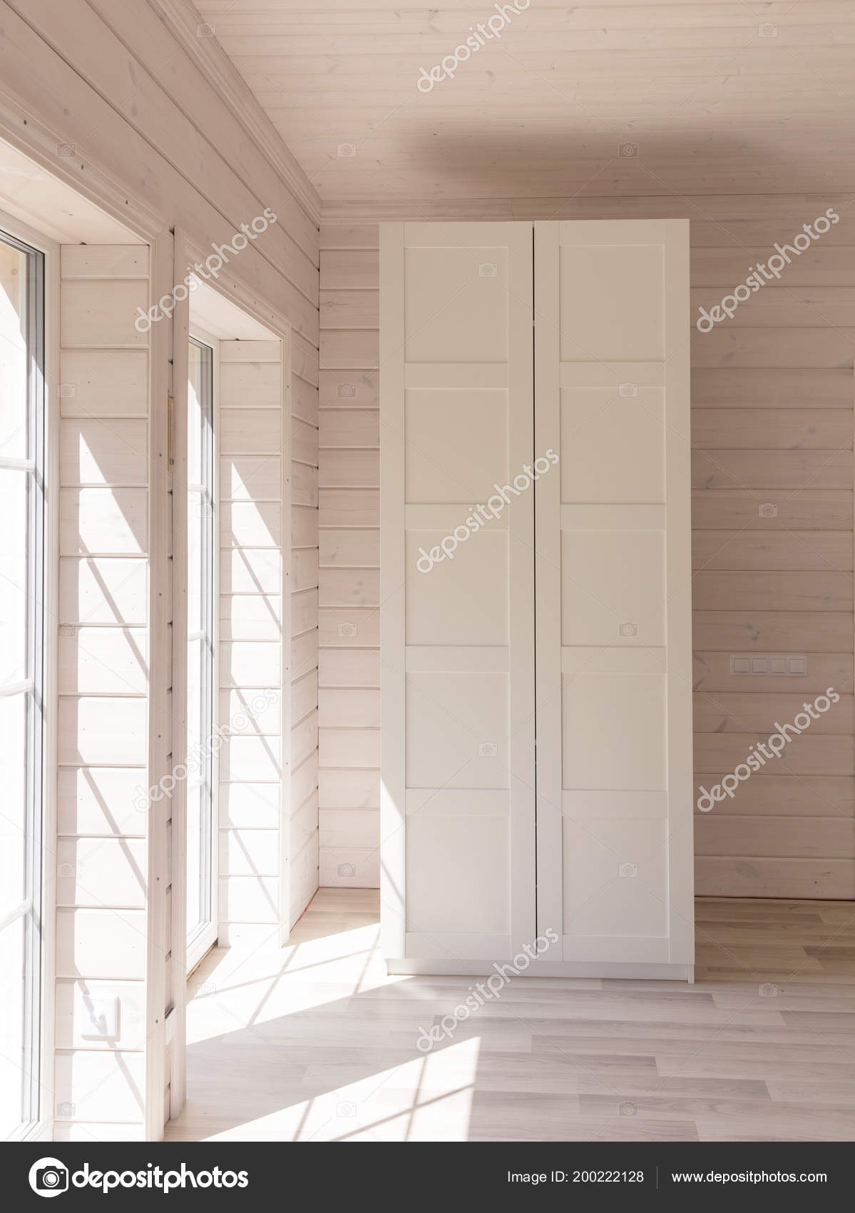 Appartamenti in stile scandinavo interiore di luce camera da letto in una casa di legno - Armadio bianco ikea ...