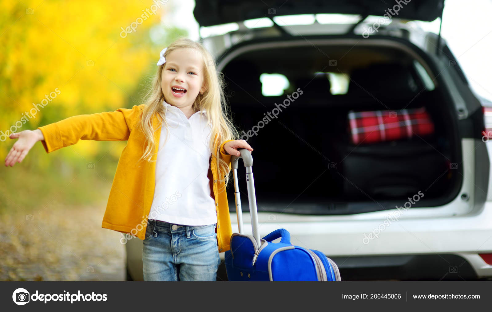 Девушка и ребенок в машине