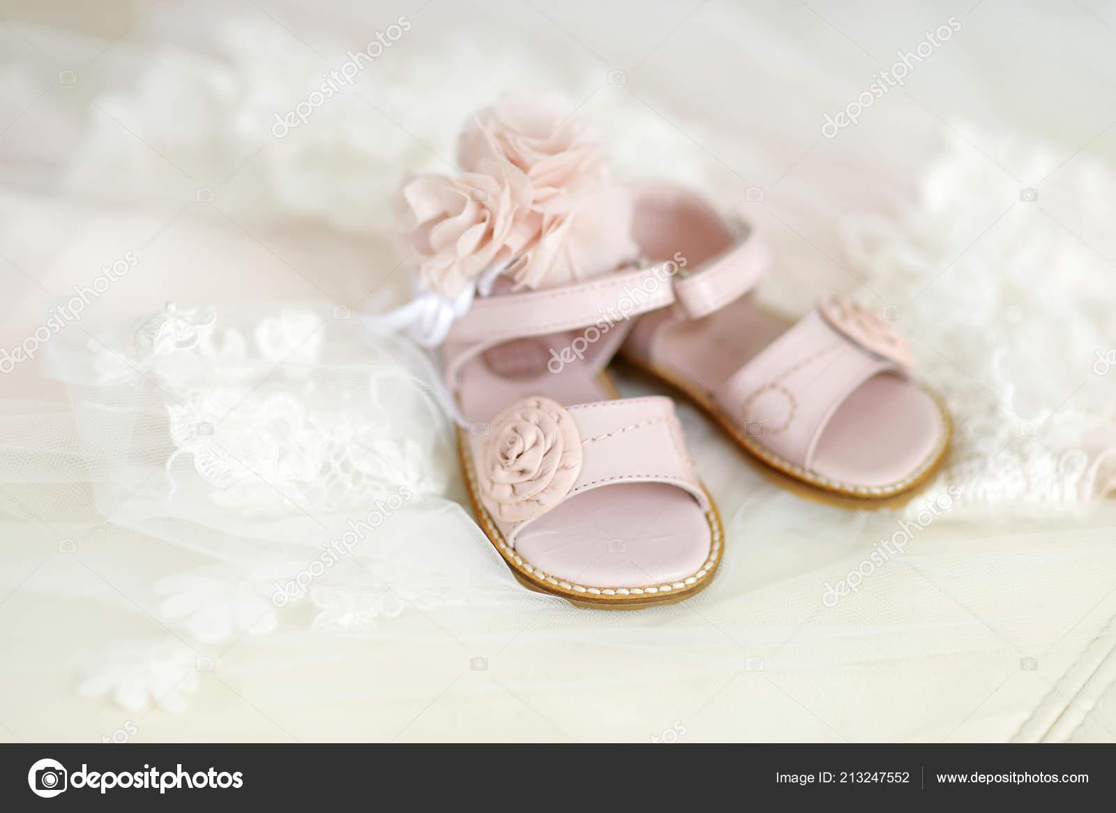 592ebc181 Niña Bautizo Zapatos Diadema Flores — Fotos de Stock © maximkabb ...