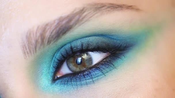 Detailní video žena oka s blue - zelené kouřové oči večerní make-up
