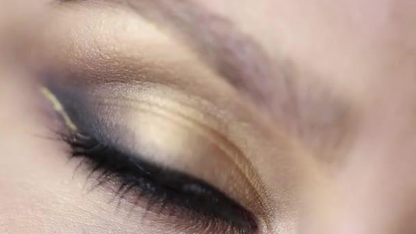 Nahaufnahme Video von Frau Auge mit Tag Make-up
